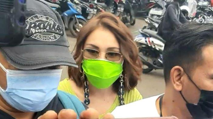 Ayu Ting Ting setelah syuting di TransTV, Jalan Kapten Tendean, Mampang Prapatan, Jakarta Selatan, Selasa (9/2/2021).