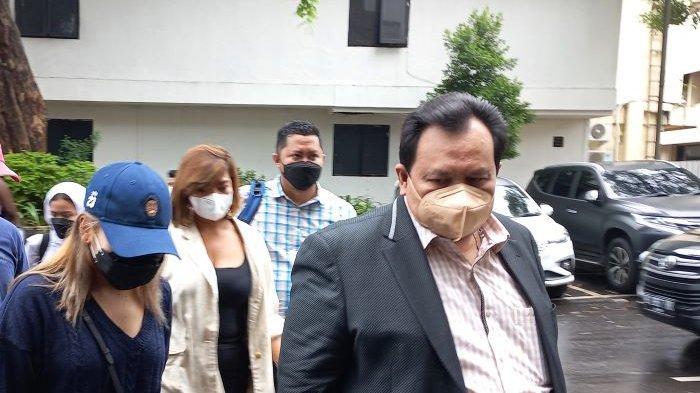 Pedangdut Ayu Ting Ting (memakai topi) ditemani Minola Sebayang, pengacaranya, kembali mendatangi Polda Metro Jaya, Semanggi, Jakarta Selatan, Selasa (14/9/2021). Ayu Ting Ting menjalani pemeriksaan setelah melaporkan haters pada 20 Agustus lalu.