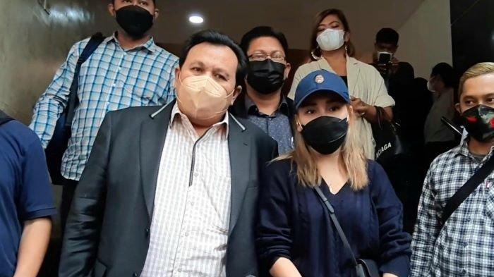 Pedangdut Ayu Ting Ting setelah menjalani pemeriksaan penyidik Polda Metro Jaya selama 4 jam terkait laporannya terhadap haters, Selasa (14/9/2021) sore.