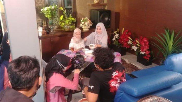 Pedangdut Ayu Ting Ting bersama Bilqis, putrinya, saat hadir di program Ramadan NET berjudul Lantunan Doa Anak.