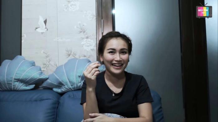 Ayu Ting Ting saat menceritakan perkenalan hingga kisah asmaranya bersama Adit Jayusman di kanal YouTube Qiss You TV, Sabtu (2/1/2021).