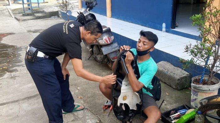Satpam Bank Korban PHK Akibat Pandemi Virus Corona, kini Menjadi Tukang Servis Jok Keliling