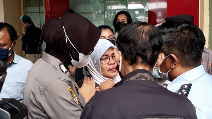 Tangis Azizah Pecah Lihat Peti Jenazah Kakaknya, Korban Kebakaran Lapas Tangerang
