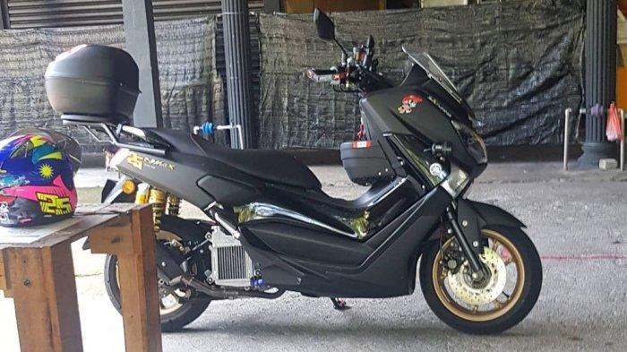 Azlan Shah menggunakan motor Yamaha NMAX buat mengantarkan pesanan nasi ayam kepada pelanggannnya