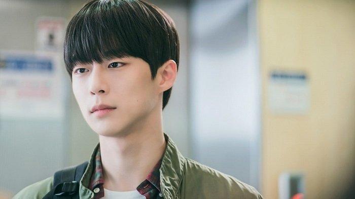 Adegan Bae In Hyuk dalam drama serial Korea terbaru berjudul At a Distance Spring is Garden. Drama Korea ini bakal mulai tayang pada Juni 2021 mendatang.