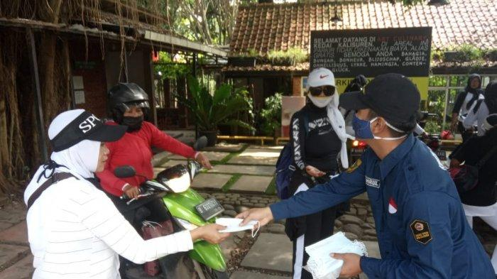 Karang Taruna Desa Kalisuren Membagi Masker di Jalan Raya Bomang yang Rawan Kerumunan