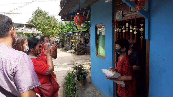 Cegah Kerumunan Pengurus Vihara Datangi Rumah Umat Tionghoa Kurang Mampu Bagikan Angpao dan Sembako