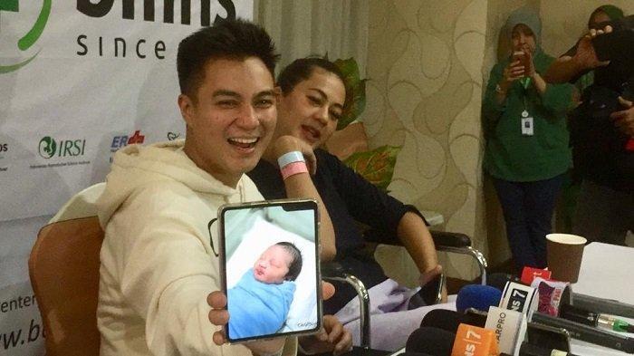 Baim Wong saat menunjukkan foto Kiano Tiger Wong yang dilahirkan di RSIA Bunda Jakarta, Menteng, Jakarta Pusat, Sabtu (28/12/2019).