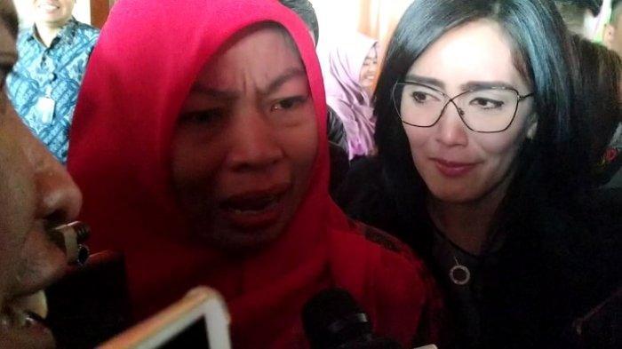 Sambil Menangis, Baiq Nuril Berharap Jokowi Berikan Amnesti Saat Putrinya Kibarkan Merah Putih