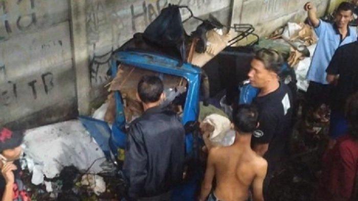 BAJAJ Remuk Tertabrak Kereta saat Melintasi Pintu Kereta Api Liar di Duri Kosambi Cengkareng
