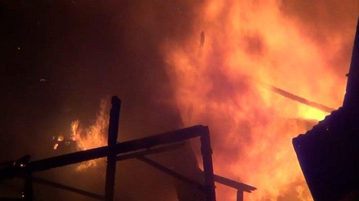 12 Mobil Damkar Dikerahkan Atasi Kebakaran Jelang Buka Puasa di Pademangan