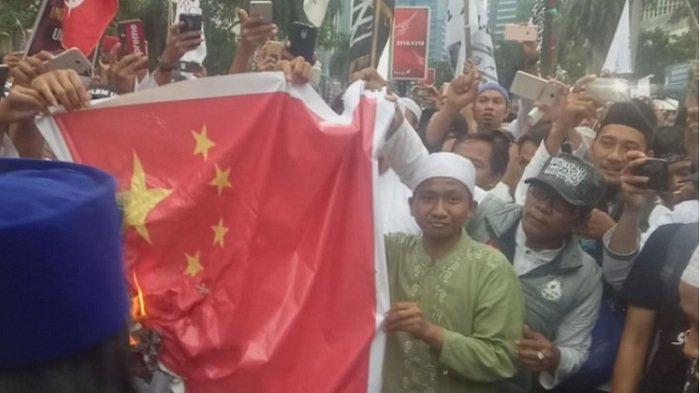 Massa Bela Kaum Muslim Uighur Bakar Spanduk Bendera China di Depan Kedubes