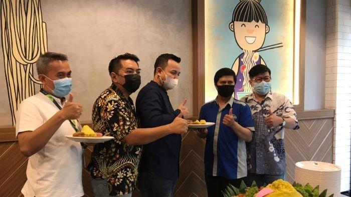 Bakmitopia membuka outlet rumah makan ke-41 di Ciwalk, Kota Bandung, Jawa Barat, Jumat (30/4/2021). Outlet Bakmitopia di Bandung ini adalah outlet pertamanya diluar Jabodetabek.