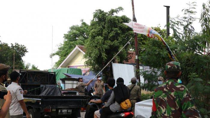 VIDEO Aparat TNI Bantu Satpol PP DKI Jakarta Lakukan Pencopotan Baliho Ilegal