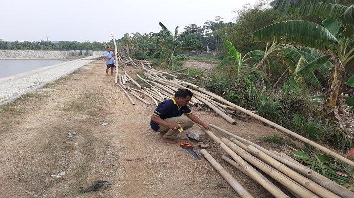 Warga Berburu Tumpukan Sampah Bambu di Bendung Koja Jatiasih