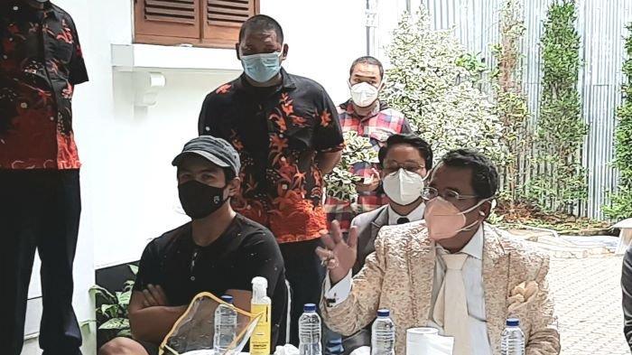Bams eks SamsonS (topi hitam) ditemani Hotman Paris Hutapea saat ditemui wartawan di rumahnya, kawasan Cipete, Cilandak, Jakarta Selatan, Senin (29/3/2021).