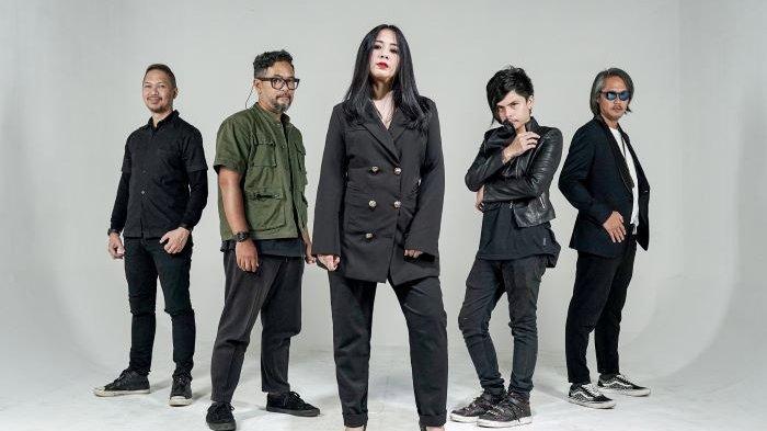 Astrid Sartiasari alias Astrid menggantikan sementara Aiu Ratna sebagai vokalis Band Cokelat. Saat ini Aiu Ratna sedang hamil dan cuti sementara sebagai vokalis Cokelat. Astrid berpose bersama Edwin Marshal Sjarif (gitar), Ronny Febry Nugroho (bass), Ernest Fardiyan Syarif (gitar) dan Axel Andaviar (dram), Minggu (4/4/2021).