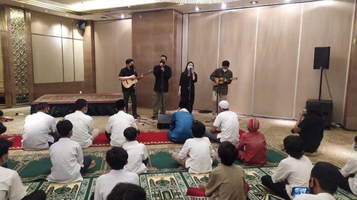 Band HIVI! bernyanyi disela acara berbuka puasa bersama anak yatim piatu garapan Komunitas Pewarta Hiburan Indonesia (KoPHI) dan Ambhara Hotel Jakarta di Ambhara Hotel Jakarta, kawasan Blok, Kebayoran Baru, Jakarta Selatan, Jumat (7/5/2021).
