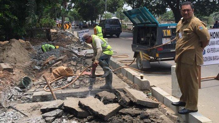 Kepala Suku Dinas Bina Marga Jakarta Timur, Juaini Yusuf saat meninjau lokasi pendestrian trotoar di Jakarta Timur.