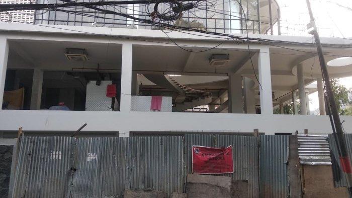 Pembangunan gedung 6 lantai di Jalan Darmawangsa XI No 58, Kelurahan Pulo, Kebayoran Baru, Jakarta Selatan memantik perhatian masyarakat. Pasalnya, gedung yang disegel karena melanggar Izin Mendirikan Bangunan (IMB) itu memanfatakan masa Pembatasan Sosial Berskala Besar (PSBB) untuk menyelesaikan pembangunan.