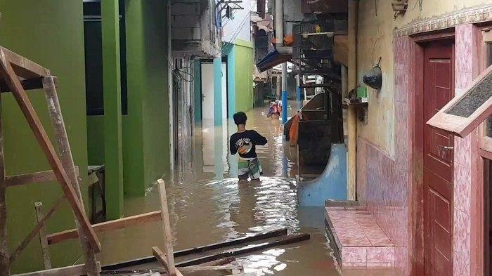 Tanpa Hujan, Permukiman di Kebon Pala Terendam Banjir Setinggi Dua Meter Akibat Luapan Kali Ciliwung