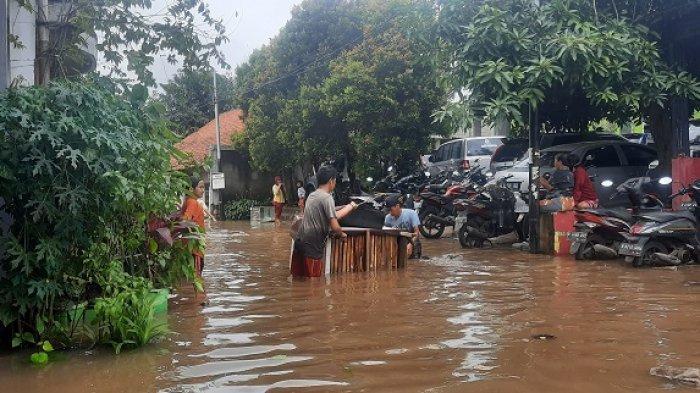 Banjir melanda permukiman Kampung Bulak, Pondok Kacang Timur, Pondok Aren, Kota Tangsel, Sabtu (20/2/2021). Banjir setinggi dua meter merendam puluhan rumah.