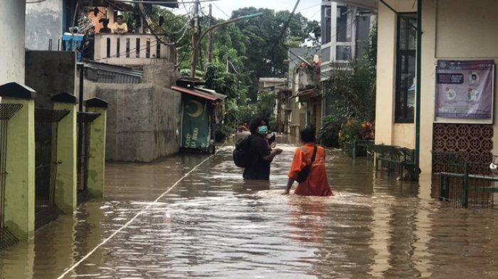 Nasib Warga Cipinang Melayu, Sedang Isolasi Mandiri Covid-19, Kini Rumah Terendam Banjir 2 Meter