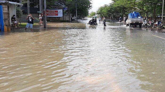 Jalan Outer Ring Road Rawa Buaya Tenggelam, Kendaraan di Jalan Layang Kembangan Terpaksa Putar Balik