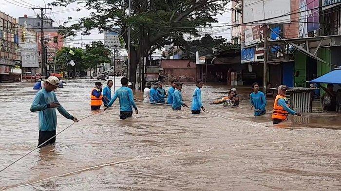 Banjir Setinggi 2 Meter Tenggelamkan 2 Perumahan di Kawasan Karang Tengah Hingga Putus Akses Jalan