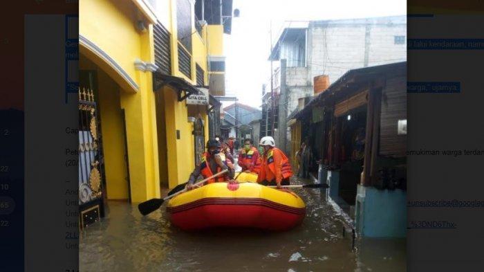 Petugas Dinas Pemadam Kebakaran dan Penyelamatan Kota Depok melakukan evakuasi di sejumlah pemukiman warga terdampak banjir, Sabtu (20/2/2021).