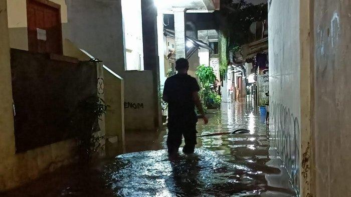 Banjir Sedengkul Orang Dewasa Rendam Permukiman Cipinang Melayu Saat Waktu Berbuka Puasa