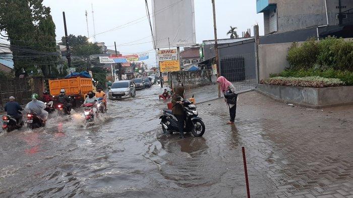 Terobos Banjir di Jalan CirendeuPuluhan Motor Mogok, Kemacetan Tak Terelakan Hingga 2 Kilometer