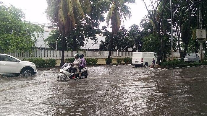 VIDEO: Nekat Terobos Banjir, Nmax dan Motor Lain Mogok di Jalan Gaya Motor II