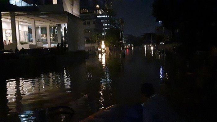 Enam Mobil Penyedot Air Dioperasikan untuk Menyedot Banjir di Kemang Raya