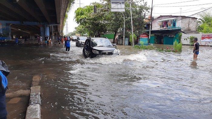 Kali Angke Meluap, Jalan Lingkar Luar Barat Banjir Nyaris Satu Meter, Dishub Langsung Rekayasa Lalin