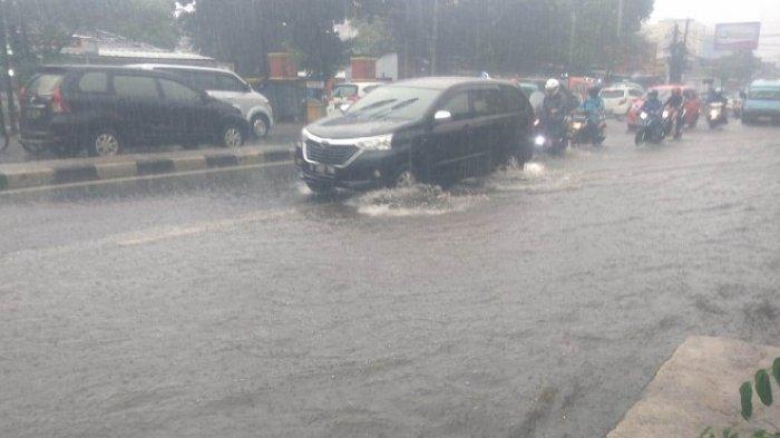 Banjir 20 Sentimeter Bikin Macet Jalan Raya Bogor