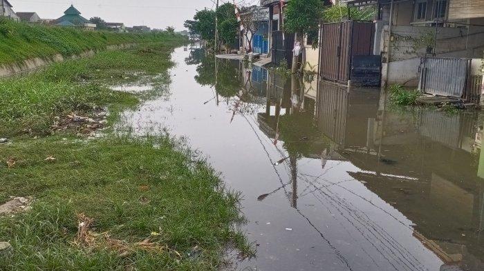 Banjir Komplek Garden City, Karang Taruna Periuk Sediakan Jasa Antar Jemput Warga Pakai Perahu Karet