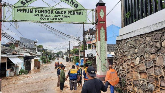 BREAKING NEWS : Kali Bekasi Meluap, Warga Pondok Gede Permai Dievakuasi