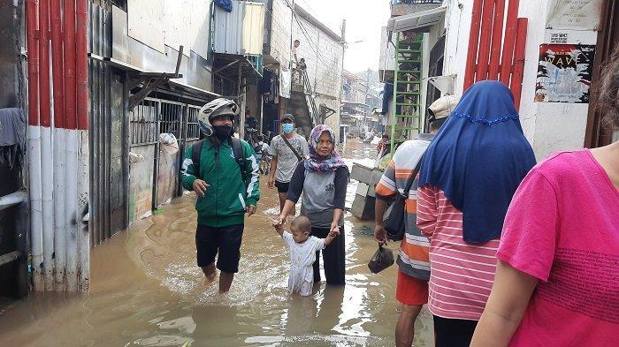 Ketinggian Banjir di Kelurahan Kedoya Selatan Masih Mencapai Satu Meteran, Air Mulai Berangsur Surut
