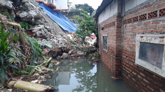 bekas material reruntuhan pada saat terjadinya bencana banjir dan longsor di Jalan Damai Jalan Damai RT 04/02, Ciganjur, Jagakarsa, Jakarta Selatan (Jaksel) pada Sabtu, 10 Oktober 2020 malam.