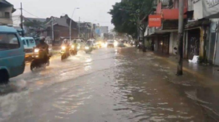 Warga Bidara Cina Isolasi Mandiri Covid-19 Tetap Bertahan di Rumah saat Hunian Terendam Banjir