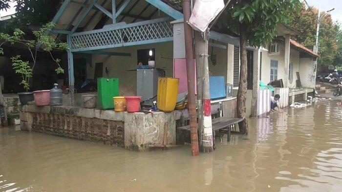 Banjir setinggi 70 sentimeter di kawasan Kampung Bulak, Pondok Kacang Timur, Pondok Aren, Kota Tangsel pada Jumat, 5 Februari 2021 dini hari. (Warta Kota/Rizki Amana).