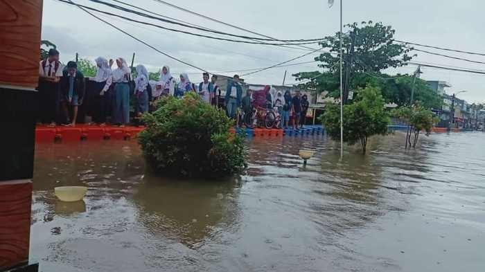 Diterjang Banjir 1,5 Meter, Lelaki Tua Warga Perumahan Garden City Kecamatan Periuk Terkena Stroke