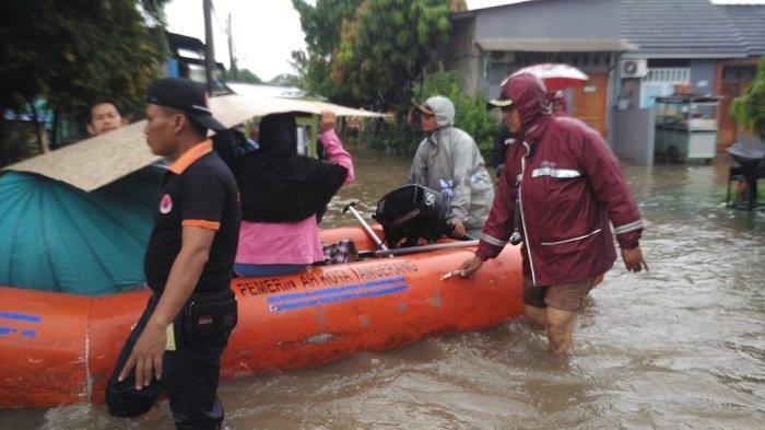 Manula Idap Strok Dievakuasi Saat Banjir Rendam Kecamatan Periuk Kota Tangerang