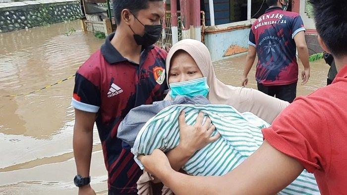TNI Bantu Evakuasi Lansia dan Bayi Warga Pondok Gede Permai yang Terendam Banjir
