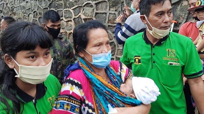 Proses evakuasi lansia dan bayi warga PGP, Jatiasih, Bekasi, Sabtu (20/2/2021).