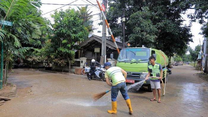 UPDATE Banjir Surut, Sampah dan Lumpur Banyak Mengendap di Tangerang
