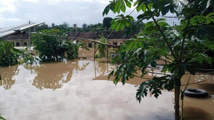 Hujan deras membuat wilayah Tangerang terendam banjir. Seperti yang terjadi di Perum Taman Cikande Block C RT 004/01 Desa Cikande, Kecamatan Jayanti, Kabupaten Tangerang.