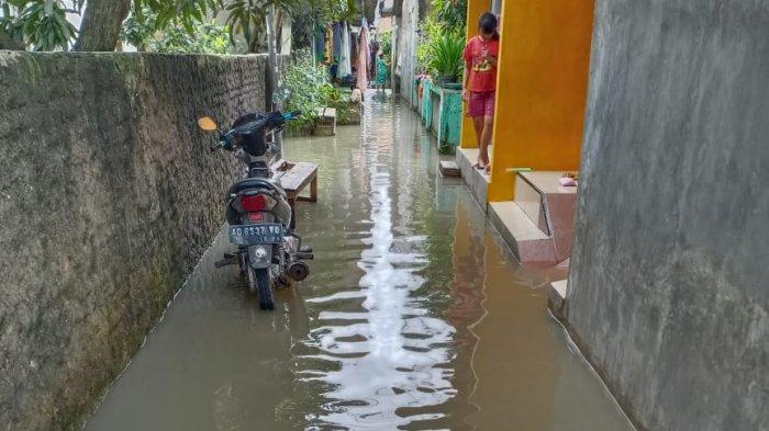 Hujan mengguyur Tangerang dan sekitarnya pada Jumat (19/2/2021) dini hari. Sejumlah daerah pun terendam banjir di wilayah berjuluk Seribu Industri Sejuta Jasa ini.