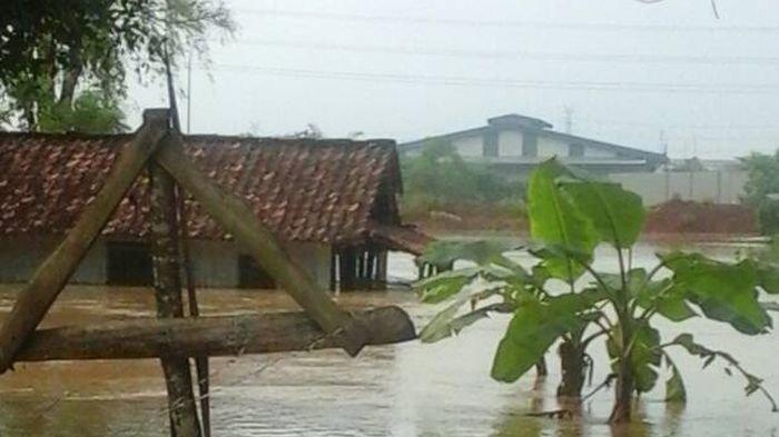 Banjir menggenangi sebagian wilayah Tangerang akibat hujan berkepanjangan.